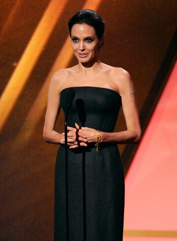 Angelina Jolie häikäisi koruttomalla tyylillään Hollywood Film Awards -gaalassa.