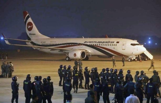 Poliiai ja armeija piirittivät kaapatun Biman Bangladesh Airlinesin koneen.