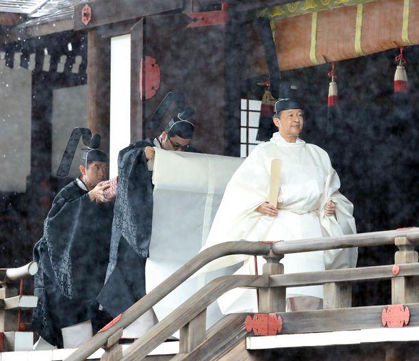 Seremoniaa vietettiin sateisessa säässä.