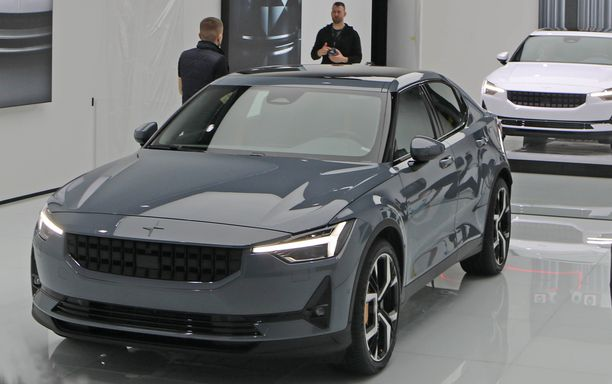Polestar 3 iskee kisaan Tesla Model 3:n kanssa.