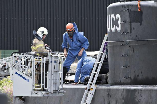 Tanskan poliisi teki teknisiä tutkimuksia Nautilus-sukellusveneessä sunnuntaina.