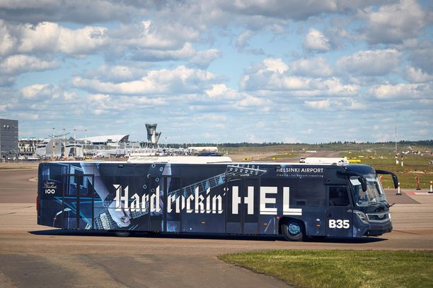 Matkustajasiltoja ei ole tarpeeksi, joten suuri osa matkustajista joudutaan kuljettamaan koneesta terminaalin ja terminaalista koneeseen bussilla. Viime vuonna kentälle saatiin teemabusseja, joista tässä se rokkaavin.