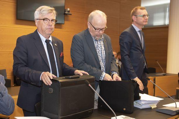 Kari Lintilä (keskellä) käräjäoikeudessa toukokuussa 2019. Vasemmalla vanhemman konstaapelin avustaja Matti Nurmela ja oikealla Lintilän avustaja Antti Riihelä.