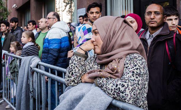 Turvapaikanhakijat jonottivat ja odottivat rekisteröitymistä torstaina Brysselissä.