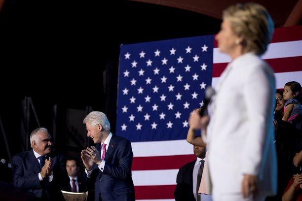 Kummallakin oli perheensä tukenaan. Hillary Clintonin puolisi Bill Clinton on saanut osansa keskustelusta.