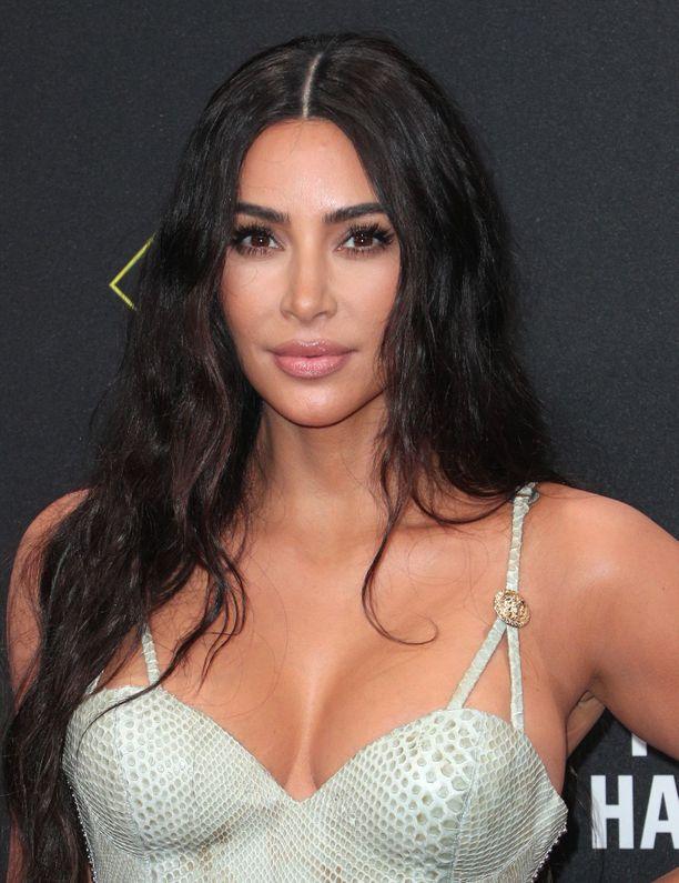 Kim Kardashian viihtyy myös tummissa, luonnollisissa kutreissaan.