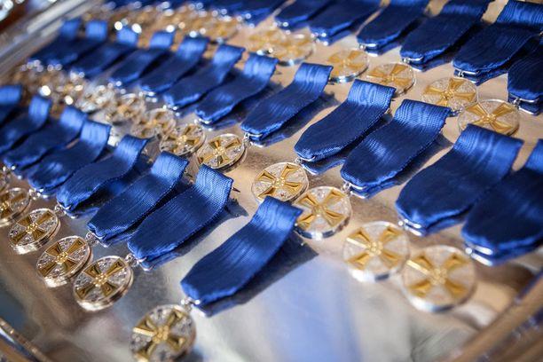 Suomen Valkoisen Ruusun Ritarikunnan 1. luokan mitaleita on myönnetty vuodesta 1987 lähtien.