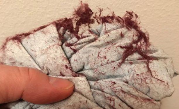 Pellavapyyhkeestä irtosi paljon nukkaa. Tältä näytti mikrokuituliina, jolla oli pyyhkäisty nukkaista lattiaa.
