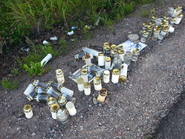 Vihdin ammuskelun tapahtumapaikalle tuotiin runsaasti kynttilöitä tapahtuneen jälkeen.