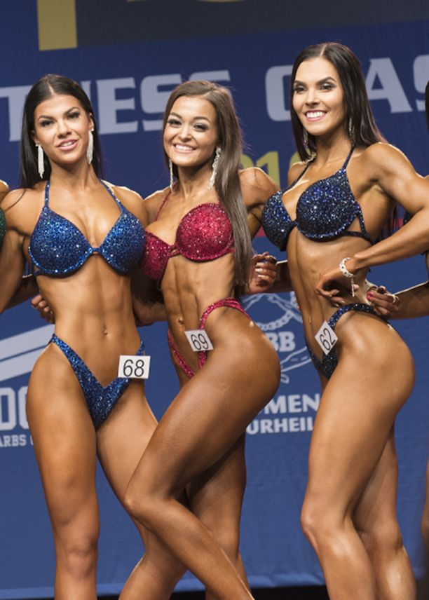 Sanna Paasimaa (kesk.) voitti Suomen mestaruuden bikini fitnessin juniorien yli 164-senttisten sarjassa, Pernilla Böckerman (vas.) saavutti hopeaa ja Nelli Pasanen pronssia.