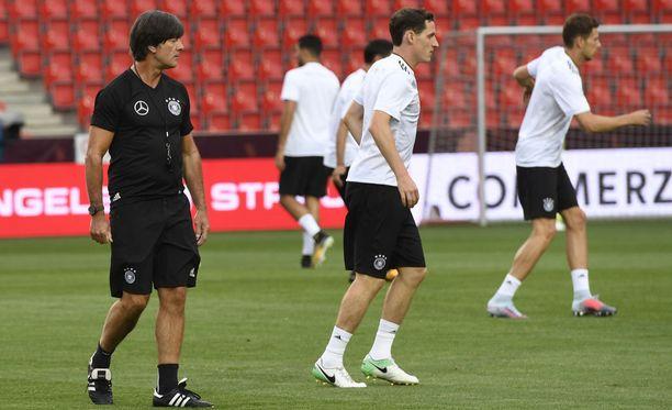 Päävalmentaja Joachim Löw seuraa silmä tarkkana pelaajiensa tekemisiä.