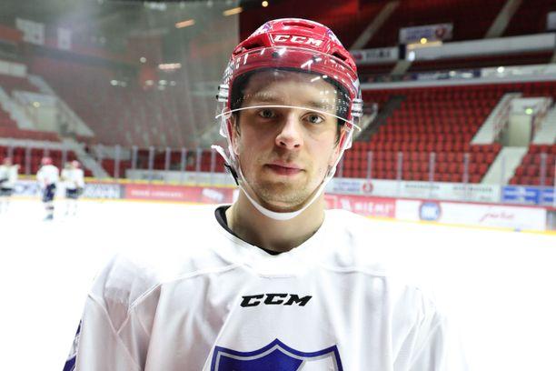 Sakari Salminen luisteli eilen toista kertaa HIFK:n harjoituksissa. Tänään on ensi-illan vuoro.