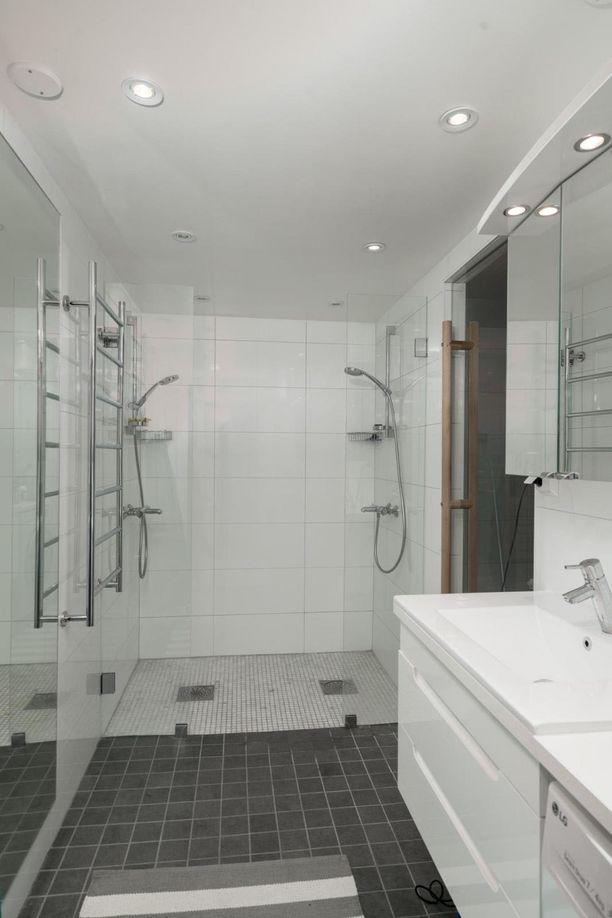 Kylpyhuoneessa on muun muassa kaksi virhettä.