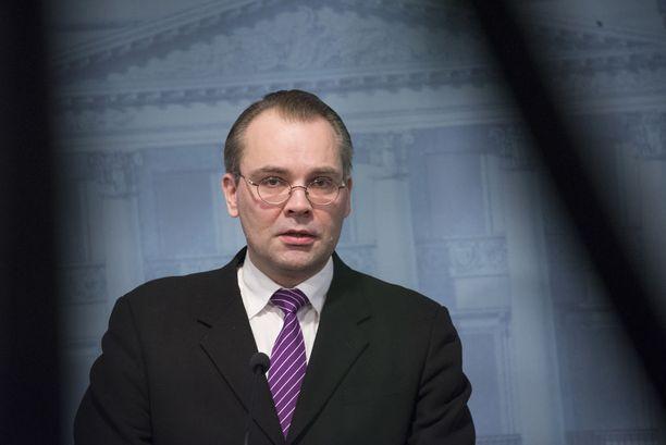 Puolustusministeri Jussi Niinistö aikaa jatkossakin kannustaa sotilaallisten valmiuksien kouluttamiseen alaikäisille.
