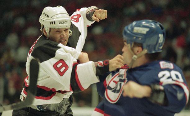 Mike Peluso (vas.) pelasi NHL:ssä vuosina 1990-1998 ja tappeli 179 kertaa.