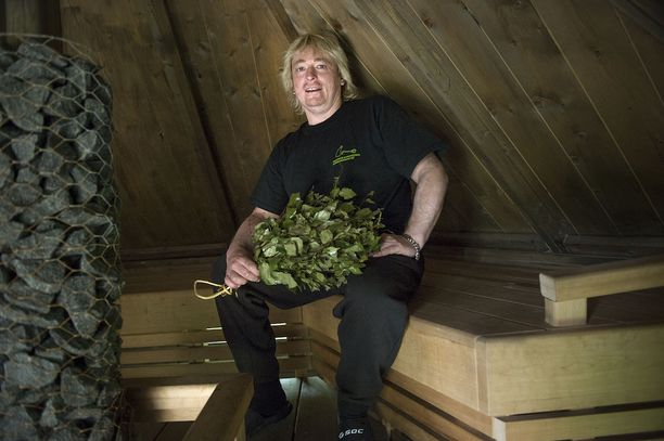 Timo Kaukonen, eli Sauna-Timo, vieraili myös saunabussin lauteilla. Arkistokuva.