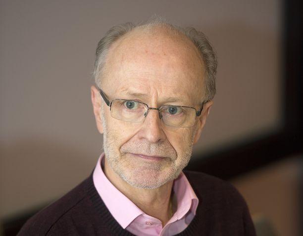 Emeritusprofessori Jaakko Valvanne toteaa, ettei voi hyväksyä sitä, jos hoivayhtiö tekee voittoa ihmisten hyvinvoinnin kustannuksella.