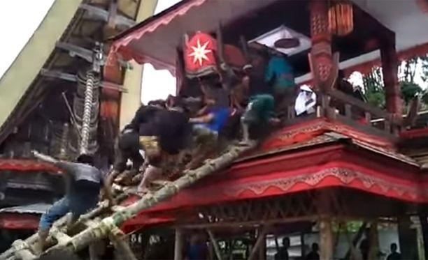 Arkku oli onnettomuushetkellä jo miltei perillä, kun tikkaat pettivät alta.