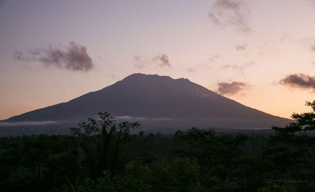 Balin itäosassa sijaitseva Agungin tulivuori on yli 3 000 metriä merenpinnan yläpuolella. Se purkautui viimeksi vuonna 1963, jolloin yli tuhat ihmistä kuoli.