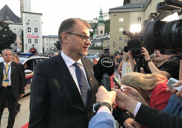 Pääministeri Juha Sipilä median tavattavana Salzburgissa.