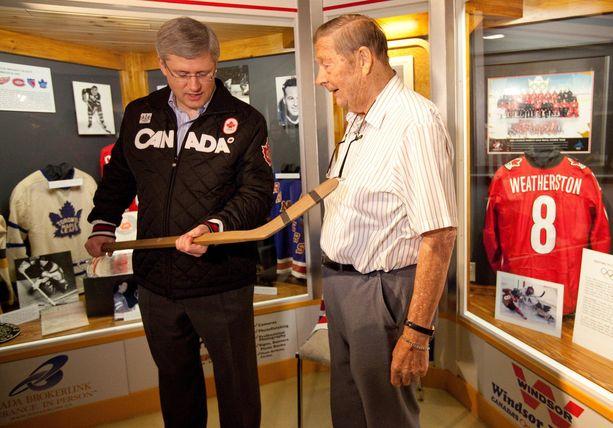 Pentti Lund esitteli kiekkomailaa vuonna 2011 Ontario Sports Hall of Famessa Stephen Harperille, Kanadan silloiselle pääministerille.