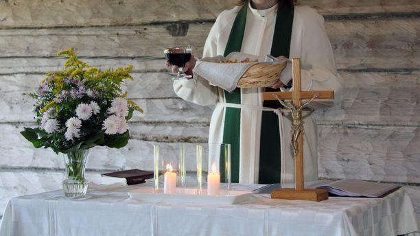Kantelun mukaan eräällä varsinaissuomalaisella kirkkoherralla on tapana juoda ehtoollisen päätyttyä isosta maljasta jäljelle jäänyt viini, jota oli yleensä aika paljon. Kuvituskuva.