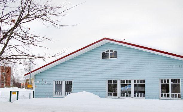 Killingin päiväkodin aitaa ympäröivät molemmilta puolin suuret lumikasat.