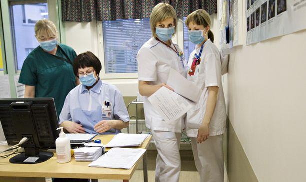 Terveydenhuollon muut palvelut ovat jääneet sikainfluenssarokotusten jalkoihin.
