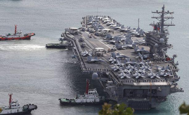 Yhdysvallat näyttää voimaansa Korean vesillä. Parhaillaan sillä on kolme lentotukialusta läntisellä Tyynellämerellä sotaharjoituksissa Etelä-Korean kanssa. Kuvassa Nimitz-luokan lentotukialus USS Ronald Reagan Busanissa Etelä-Koreassa.
