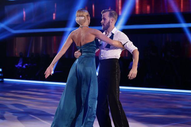 Saana Akiola ja Jare Brand tanssivat tangon Tuntematon -kappaleen tahtiin.