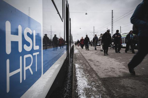 Junaliikenteen on jo ennakkoon luvattu kulkevan perjantain lakoista huolimatta normaalisti. Bussiliikennekään ei ole täysin seisahtunut.