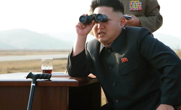 Kim Jong-unilla on jatkuvasti mukanaan kiikarit - tai vähintäänkin ne on aina tarjolla hänelle. Tällä pyrittäneen korostamaan diktaattorin jatkuvaa läsnäoloa kaikkialla.