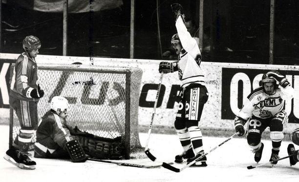 Jari Torkki tuuletti. Raumalainen maalitykki osui kahdesti, kun Neuvostoliitto kaatui Moskovassa 3–2.