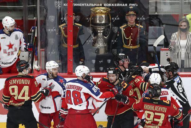 Tappeleminen on yleistä jääkiekkokaukalossa. Kuva viime kauden KHL-finaaleista Avangard Omskin ja TsSKA Moskovan välienselvittelytilanteesta.