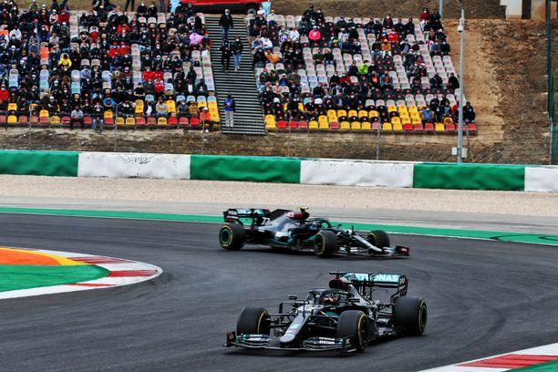 Lewis Hamilton kaasutti Portugalissa ykköseksi.