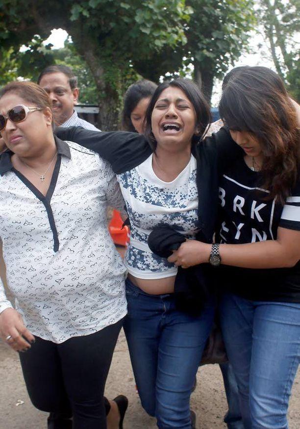 Myuran Sukumaranin sisko Brinta romahti, kun hän käveli vankilaa kohti.