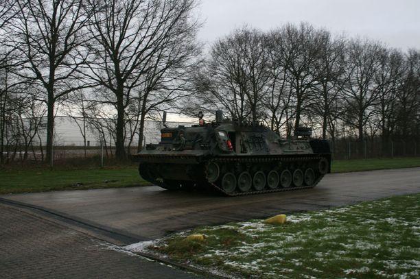 Vaunujen varustukseen kuuluvat muun muassa nosturi, vinssi, puskuterä ja hinauspuomit. Kuvassa Leopard 1 -evakuointipanssarivaunu.