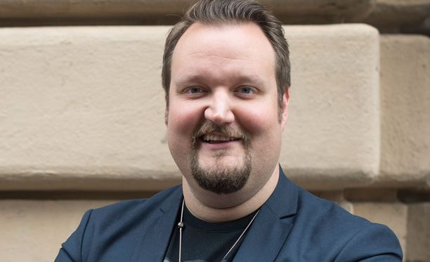 Kuvassa Sami Hedberg Konttori-ohjelman tiedotustilaisuudessa.