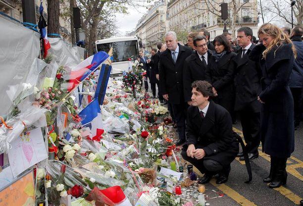 Bataclanin edustalle virtaa edelleen kukkia. Tässä kunnioituksensa uhreja kohtaan esittää Kanadan tuore pääministeri Justin Trudeau.
