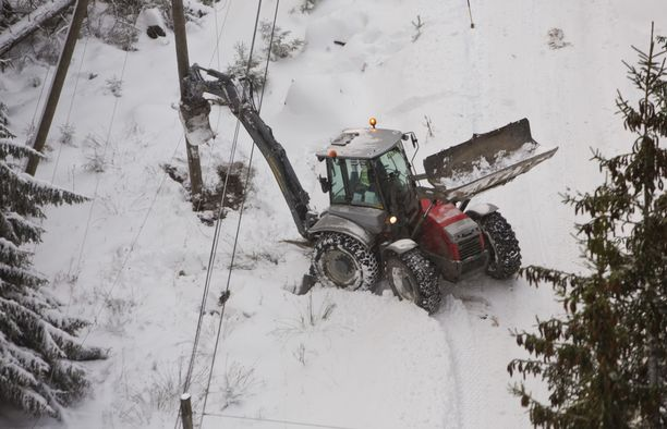 Puita on kaatunut sähkölinjojen ja teiden päälle ympäri Suomea. Arkistokuva.