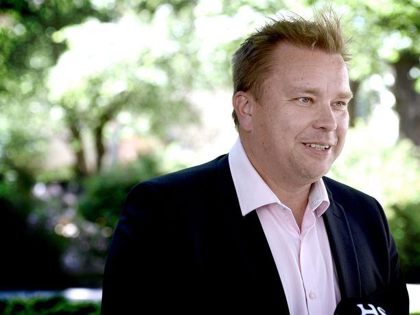 Tuore puolustusministeri Antti Kaikkonen järjesti tiedotustilaisuutensa keskustan puoluetoimiston edustalla olevassa puistikossa.
