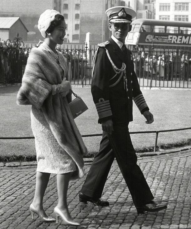 Vuonna 1946 valtaistuimelle noussut Bhumibol on maailman nykyisistä monarkeista ollut virassaan pisimpään. Kuvassa hän on vierailulla Britanniassa kuningatar Sirikin kanssa vuonna 1960.