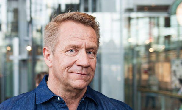 Olli Lindholm avioitui vaimonsa Satun kanssa 24 vuotta sitten. Yhdessä he ehtivät olla lähes 26 vuotta.