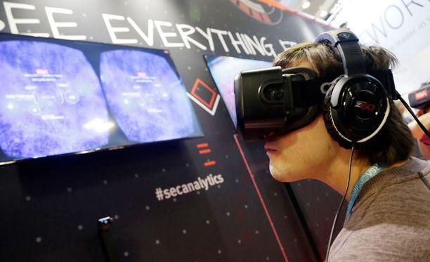 Oculus Rift -virtuaalikypärän kehitysversio kokeilussa.