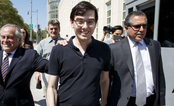 Martin Shkreli (keskellä) matkalla oikeuteen elokuun alussa. Hän on tällä hetkellä vapaana takuita vastaan.