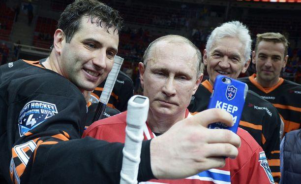 Pietarin SKA:n ja KHL:n johtoon kuuluvat Roman Rotenberg (vas.) ja Gennadi Timtshenko (taustalla) ovat Venäjän presidentin Vladimir Putinin hyviä ystäviä.