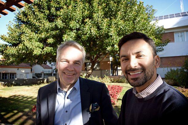 Presidenttiehdokas Pekka Haavisto (vihr) ja puolisonsa Antonio Flores kävivät tapaamassa Fuengirolan pormestaria. Tuliaisina oli suomalaista suklaata ja salmiakkia.