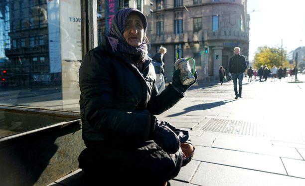 66-vuotias Veronica on tuttu näky Helsingin keskustan katukuvassa. Hän on ollut Suomessa useamman kuukauden joka vuosi viimeisten neljän vuoden aikana. Tällä kertaa hän saapui Suomeen kaksi kuukautta sitten. Hän saattaa lähteä vielä jouluksi kotiin Romaniaan.