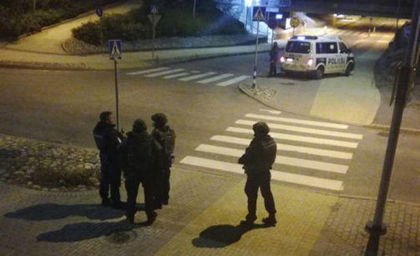 Keravan keskustaan saapui seitsemän poliisipartiota, kun hälytyskeskus sai lauantaina ilmoituksen Tapulinkadulla ammutusta laukauksesta. Kolme nuorta miestä otettiin kiinni, ja poliisi kuulustele heitä tänään sunnuntaina.
