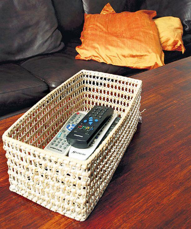 SÄÄTIMET PIILOON Siro ja pitsimäinen kevyt kylppärikori (22 €, Moko) on kotonaan myös olohuoneessa, jolloin siihen voi piilottaa läjän kaukosäätimiä.